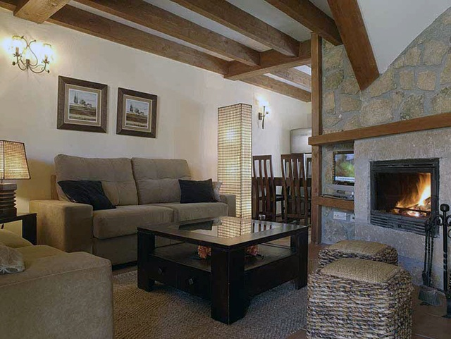 Salón con chimenea Ribera del Corneja