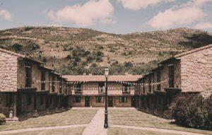 Vista frontal de la fachada del hotel Ribera del Corneja