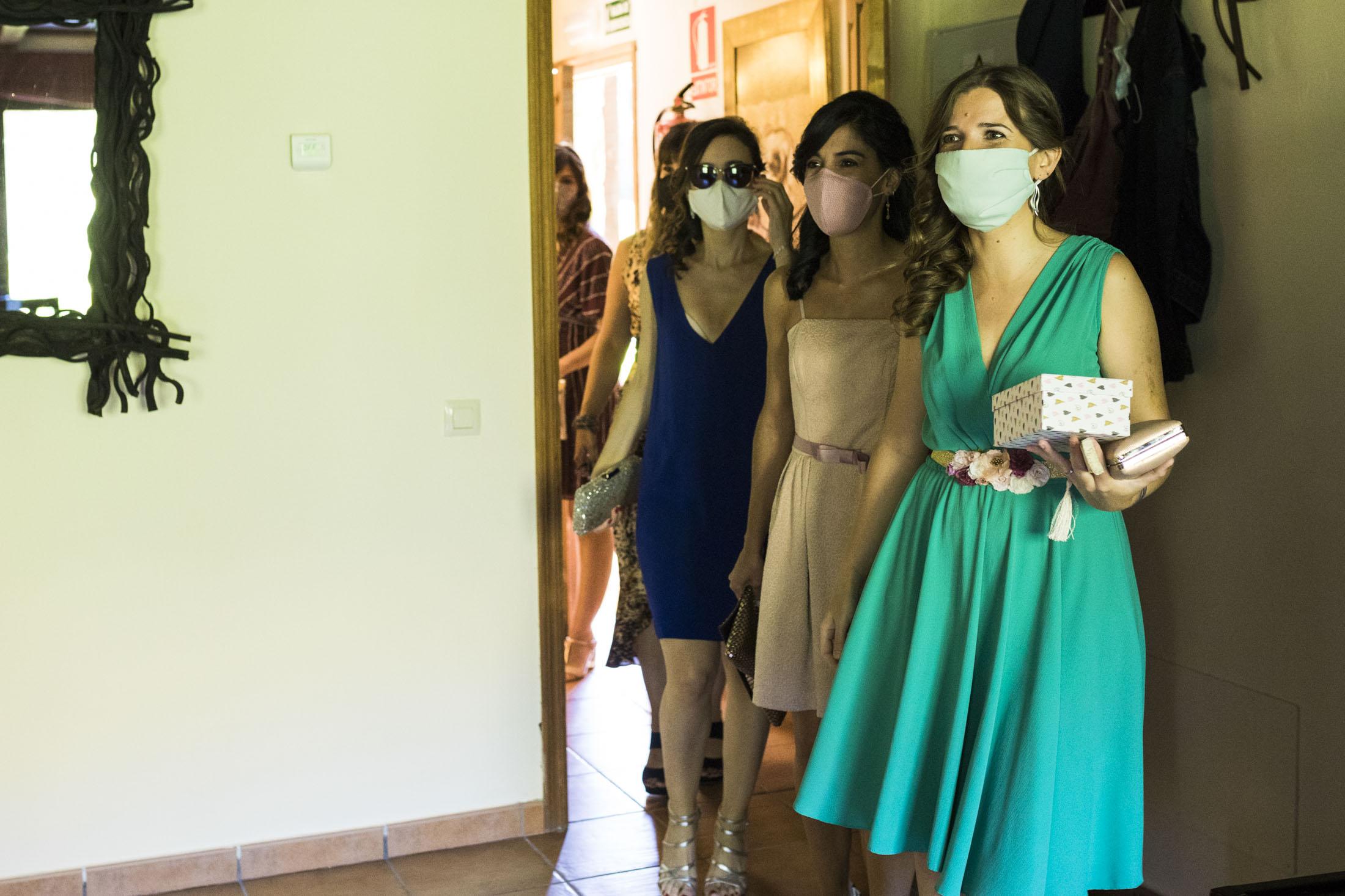 Amigas de la novia vienen a buscarla en el hotel rural Ribera del Corneja