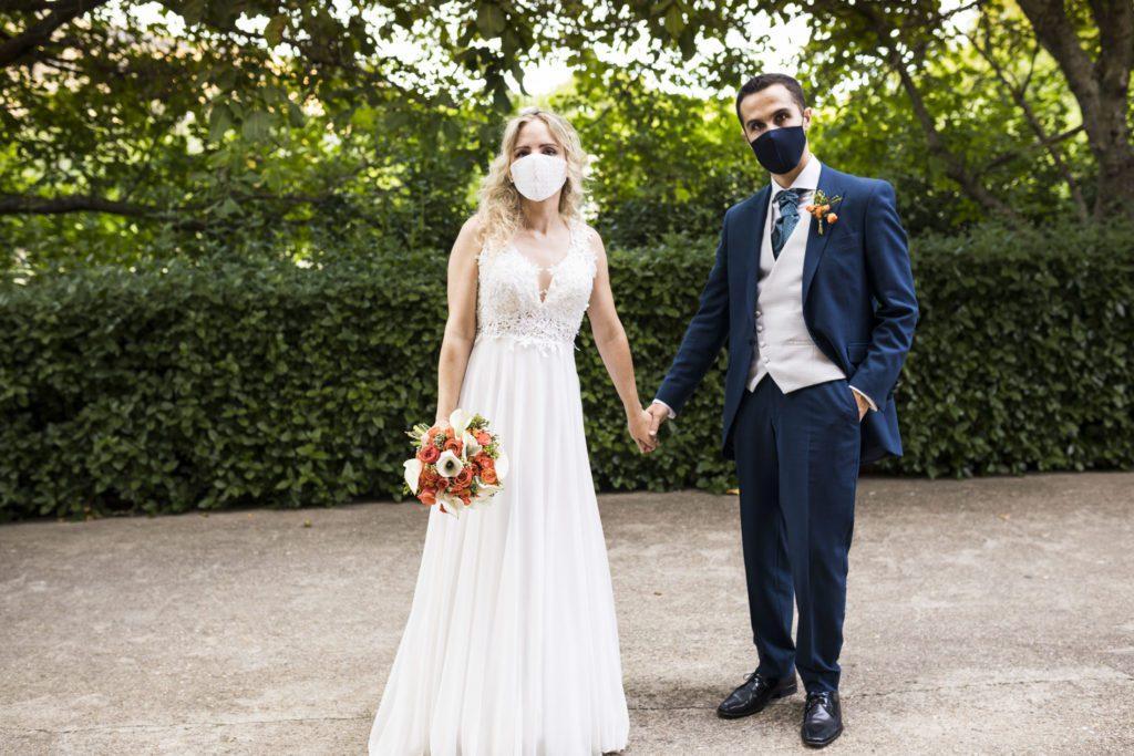 Preciosos los novios en la finca del Hotel Rural Ribera del Corneja en su boda