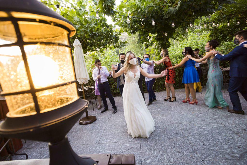 La novia bailando en la terraza natural de la finca Ribera del Corneja