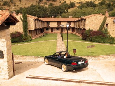 Coche llegando a hotel Rural Ribera del Corneja