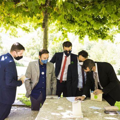 Los amigos del novio en la boda en el hotel rural Ribera del Corneja