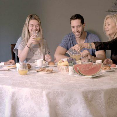 Desayuno en familia en el restaurante de Ribera del Corneja