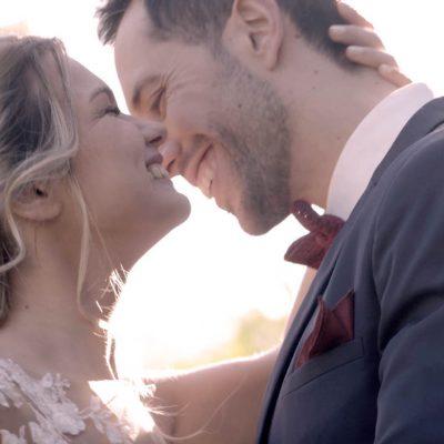 Los novios se besan en la boda