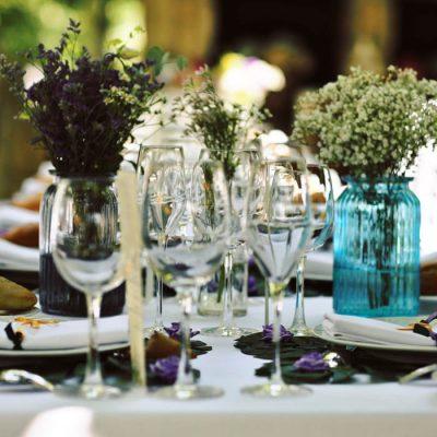 Detalle de mesa de bodas en el hotel