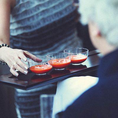 Cocktail en la bodaFachada del hotel con adornos de boda