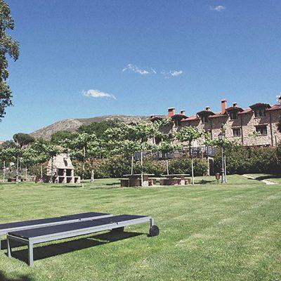 Zona para tomar el sol o jugar en el cesped junto al rio en el hotel