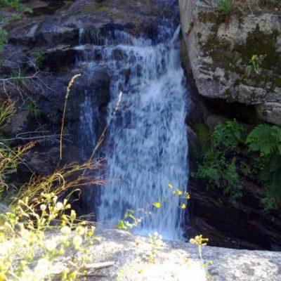 Zona de baño, cascada en el río Corneja